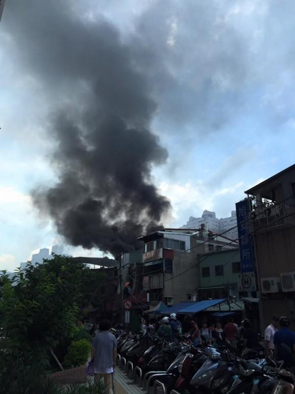 淡水某公寓4樓冒出大量黑煙。(翻攝臉書「細說淡水」)