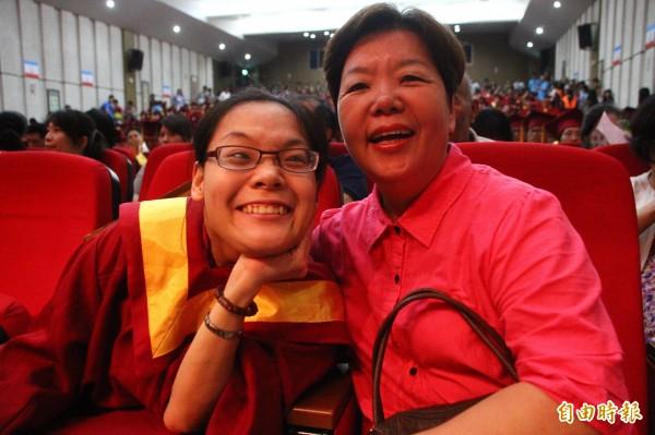 鄭惠芬(左)與母親林綉絨(右)參加畢業典禮。(記者林宜樟攝)
