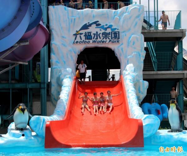 六福水樂園新推出「冰凍滑道」幫遊客消暑。(記者黃美珠攝)