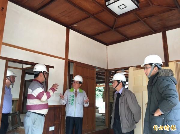 清水國小日式宿舍修復工程將完工,議員楊典忠(右三)邀相關單位會勘,並要求委外營運開放參觀。(記者黃鐘山攝)