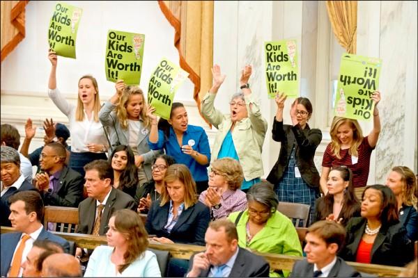 美國費城16日通過課徵含糖飲料稅的新法案,成為全美首個通過此項增稅法案的大城市,在市議會旁聽的民眾鼓掌歡呼。 (美聯社)