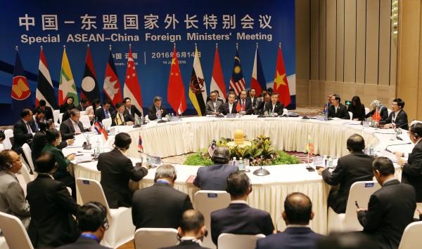 日媒今獲知,在14日中國與東協外長舉行特別會議,中國提出不允許美日等其他區域國家干涉南海主權爭議,但遭東協拒絕。(路透)