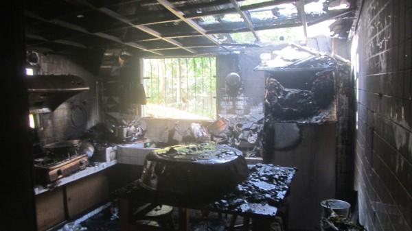 南投市民宅火警,屋主疑似煮飯不慎引起火苗,整間廚房付之一炬。(記者劉濱銓翻攝)
