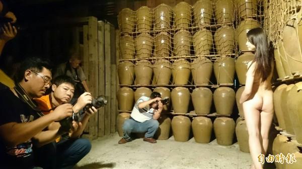 嘉義縣攝影協會舉辦人體藝術攝影,酒窖當攝影棚。 (記者余雪蘭攝)