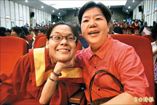 鄭惠芬(左)與母親林綉絨(右)參加畢業典禮 。 (記者林宜樟攝)
