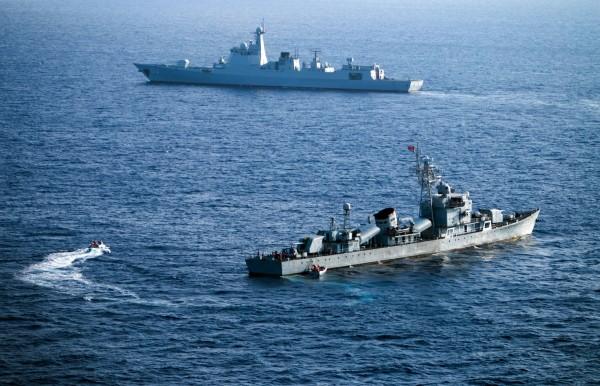 報導指判決結果可能傾向菲律賓。有謠言指中國試圖煽動與南海無關的亞非內陸小國等在聯合國投票否定仲裁結果。圖為中國在南海宣稱擁有主權的西沙群島附近進行海軍演練。(法新社)