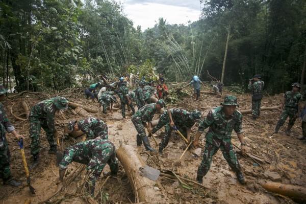 印尼中爪哇省當地時間18日降下豪雨,引發暴洪與土石流,至少造成35人死亡、25人失蹤。(歐新社)