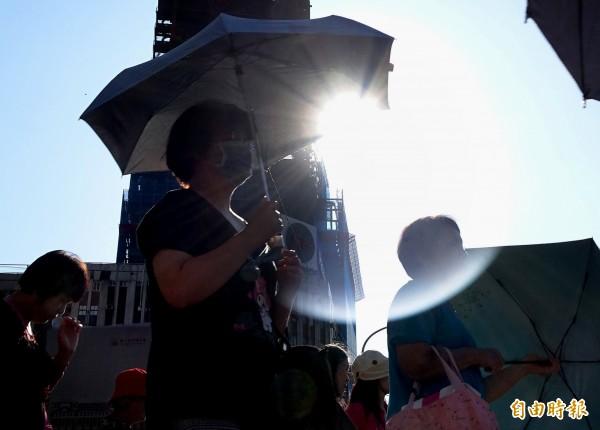 國民健康署呼籲熱傷害6大高危險族群,要避免置身於高溫環境,並落實防熱傷害3要訣。(資料照,記者朱沛雄攝)