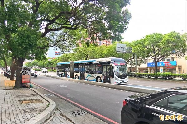 交通局日前與快捷巴士員工舉行勞資協調,預計將具備捷運公司職能且有意願的員工,協助媒合至捷運公司上班。(記者蘇金鳳攝)