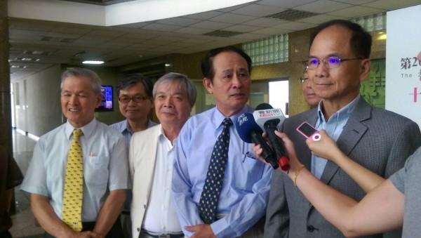 前行政院長游錫堃今天上午拜訪農委會主委曹啟鴻。(圖片由農委會提供)