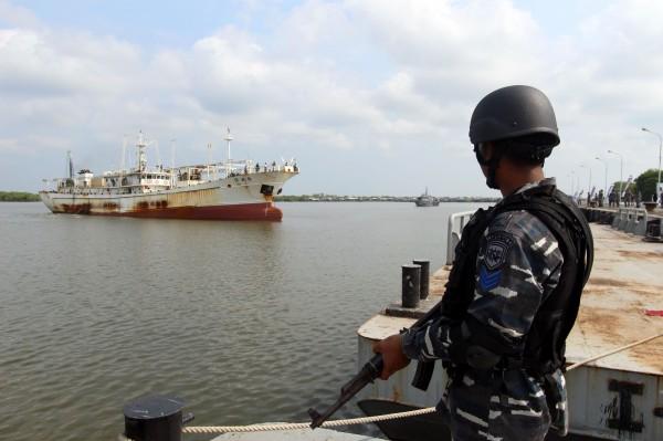 印尼海軍軍艦在上週五對中國一艘漁船開火,造成該艘中國漁船受損,1名船員中彈,船上7名人員被印尼當局逮捕。圖片為印尼海軍示意圖。(資料照,法新社)