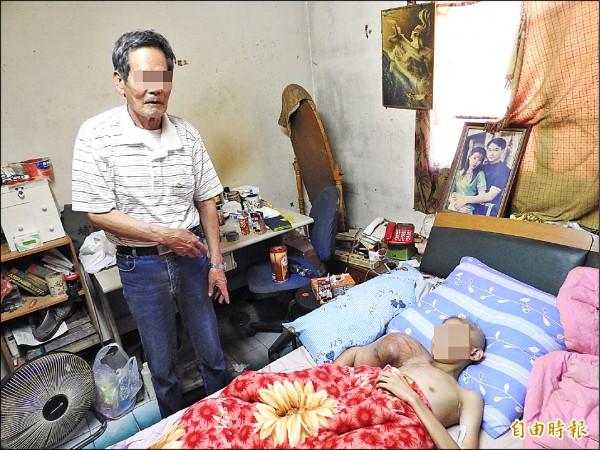 單親家貧的何姓國中生罹患惡性骨肉腫瘤,關心他的愛心資源湧入,少年及祖父非常感謝各界的協助。(記者佟振國攝)