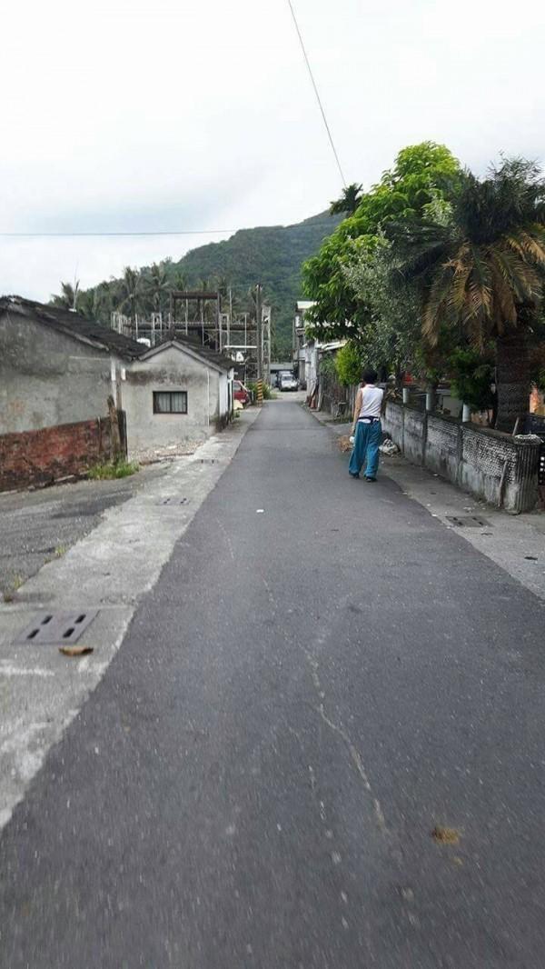 影中街景確是金崙村,傳洪素珠神秘現蹤。(記者陳賢義翻攝)