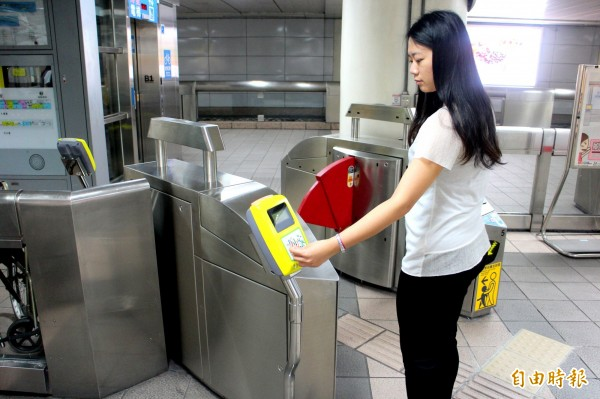 台北捷運雖已於去年9月起開放一卡通,但僅限無障礙閘門,讓持一卡通的旅客仍感到不夠方便。(資料照,記者郭逸攝)