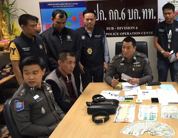 中國一男子昨天在阿聯酋航空一架從杜拜飛往曼谷的飛機上行竊,下機被逮後,他竟還賄賂泰國警方,罪行再加一等。(圖取自《khaosod english》)