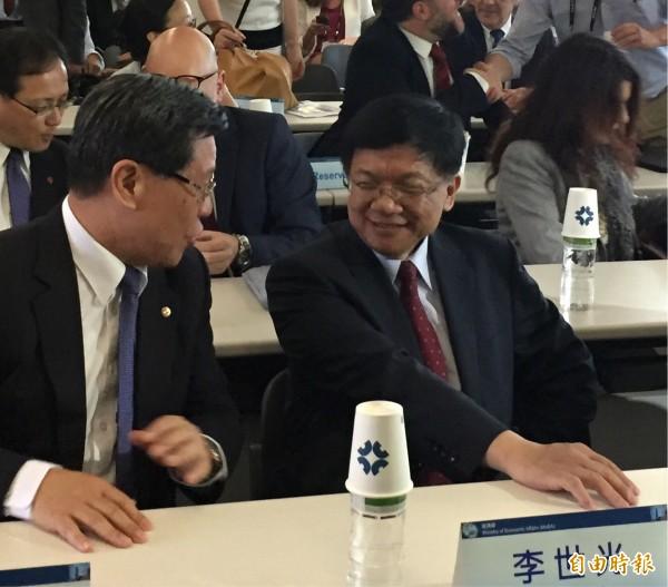 針對兼掌工研院、資策會兩大法人董座人事,經濟部長李世光(右)說「不是」,表達沒有此事。(記者林筑涵攝)