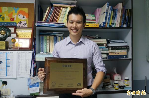 年僅37歲的吳宏偉以「物理性循環腫瘤細胞解決方案」,獲得2016 IEEE MTT-S年輕工程師獎的殊榮。(記者林孟婷攝)