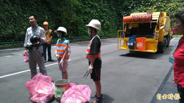 學生實地體驗垃圾分類資源回收工作。(記者張安蕎攝)