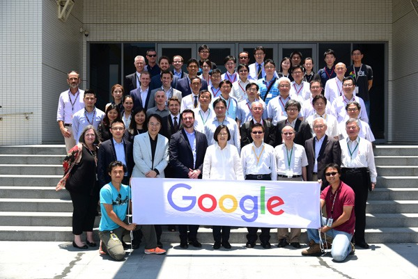 Google台灣資料中心位於彰化縣彰濱工業區,是目前Google在亞洲最大的資料中心。圖為日前蔡英文總統前往時,留影合照。(Google提供)