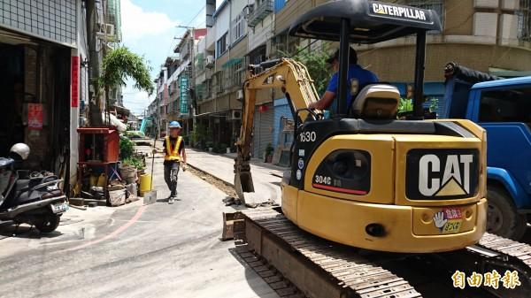 烏日區五光路930巷「挖了又填、填了又挖」,造成民怨。(記者何宗翰攝)