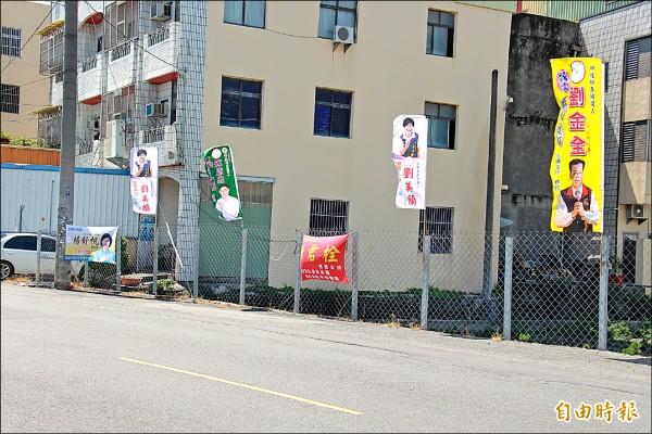 田尾鄉長補選參選爆炸,各候選人旗幟已高掛街頭。(記者陳冠備攝)