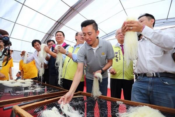 為新竹米粉正名,新竹市長林智堅率同業公會北上陳情。(記者蔡彰盛翻攝)