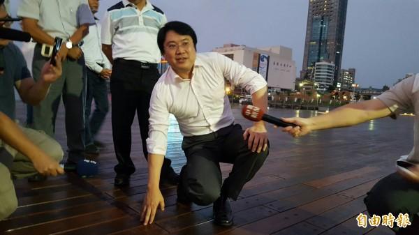海洋廣場全區開放在即,基隆市長林右昌23日晚間前往察看,並親自脫下鞋子,赤腳走在廣場的木板上,用腳感受海洋廣場的工程品質。(記者俞肇福攝)