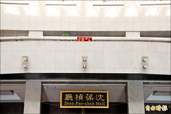 過去北市府大門進去,抬頭一看就能看到寫著「沈葆楨廳」牌匾,雖然他對於台北發展功不可沒,但也因開山撫番屠殺原住民備受爭議。(資料照,記者鍾泓良攝)