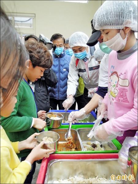 台北市衛生局率全國之先,強制要求供應北市國中小午餐的餐盒業者應將食材自主送驗,七月正式上路。(記者梁珮綺攝)