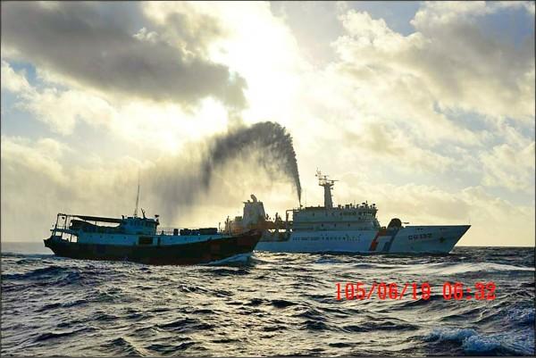 海洋巡防總局對滯留東沙海域外籍漁船執行水柱驅離,驅離4艘港澳籍、1艘越南籍漁船。(圖:海洋巡防總局提供)