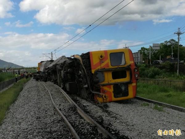 台鐵307次(DMU)柴聯自強號昨經過富源站北端富源國中前面,後方第7、8列車出軌、第9車翻覆。(記者花孟璟攝)
