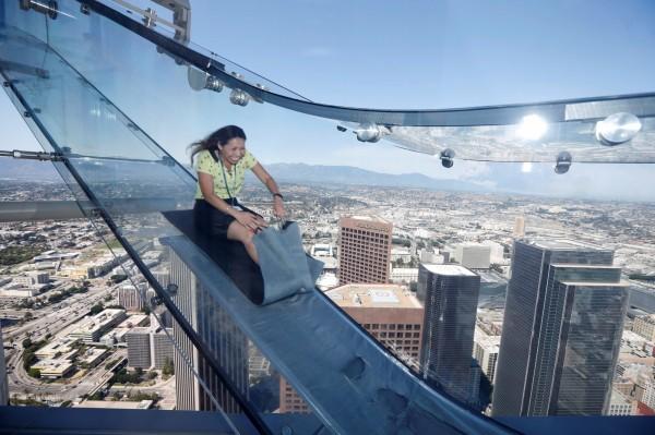 架設在70層樓高的透明玻璃溜滑梯。(路透)