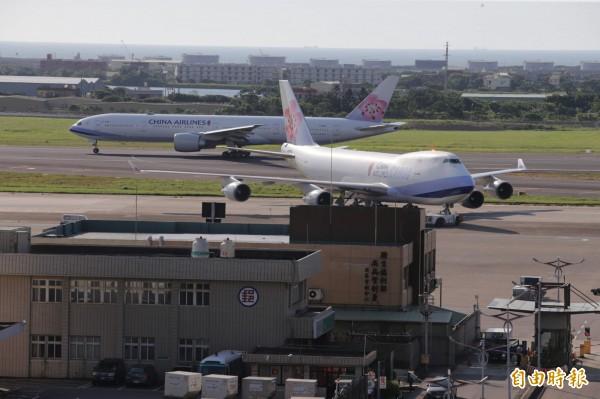 華航為因應桃園空服員職業工會罷工,已啟動緊急應變小組,調度可用人力及調整航班。(資料照,記者姚介修攝)