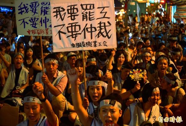 華航空服員23日晚間開始,夜宿北市南京東路,準備長期抗戰。(資料照,記者王藝菘攝)