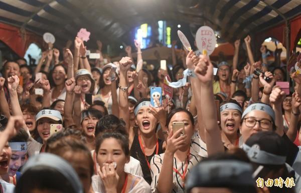 工會宣布罷工勝利後,現場一片歡呼聲。(記者方賓照攝)
