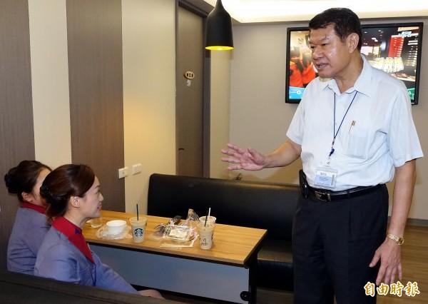 華航空服員罷工導致航班取消,華航董事長何煖軒(右)今天上午特地前往桃園機場為地勤同仁加油打氣。(記者朱沛雄攝)