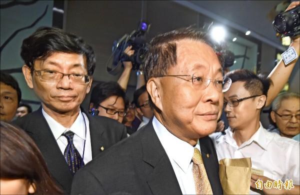 華航前董事長孫洪祥(右)、前總經理張有恒(左)昨天下台交棒。(記者劉信德攝)