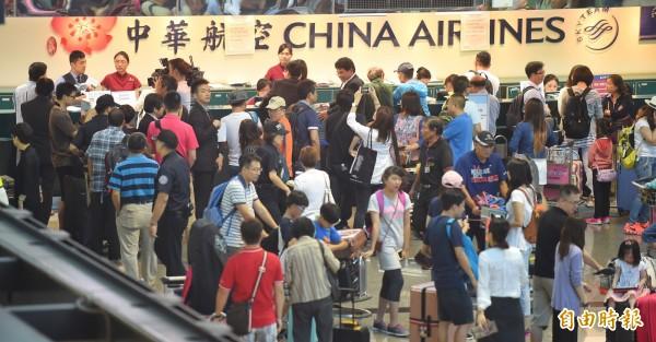華航空服員罷工連帶影響出國與回台的旅客,到了今天也取消了56個航班。(資料照,記者劉信德攝)
