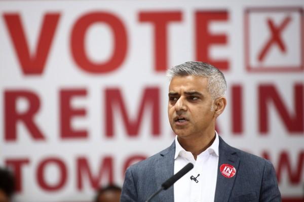 民眾請願讓倫敦獨立加入歐盟,並推舉市長沙迪克汗成為倫敦總統。(彭博社)