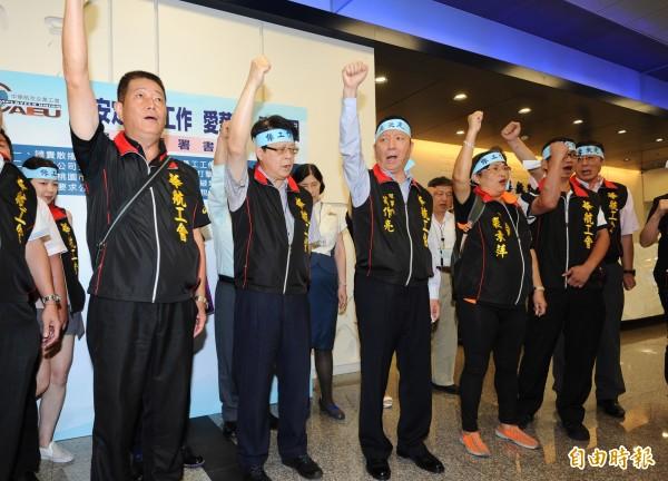 華航企業工會理事長葛作亮(前排中)。(資料照,記者張嘉明攝)