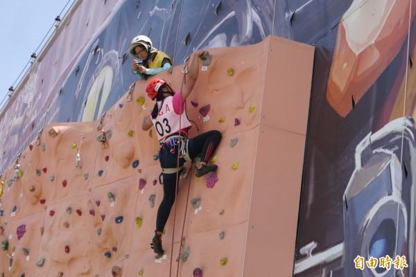 多名女大生不畏面對7米高的人工岩場,熱愛掛在半空中化身女「蜘蛛人」,想要一圓攀登教練夢。(記者王峻祺攝)