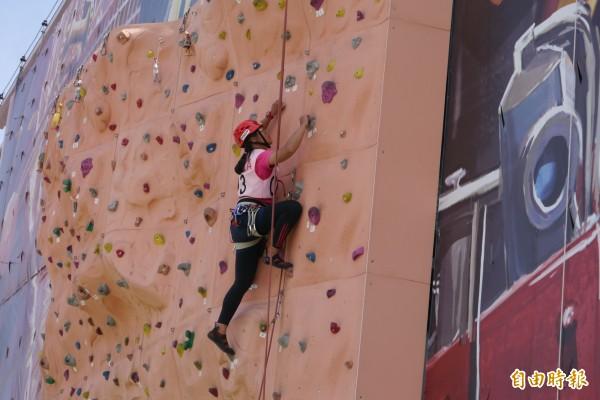 花蓮近年吹起攀岩風潮,其中身手矯健的攀登者不乏多為女性。(記者王峻祺攝)