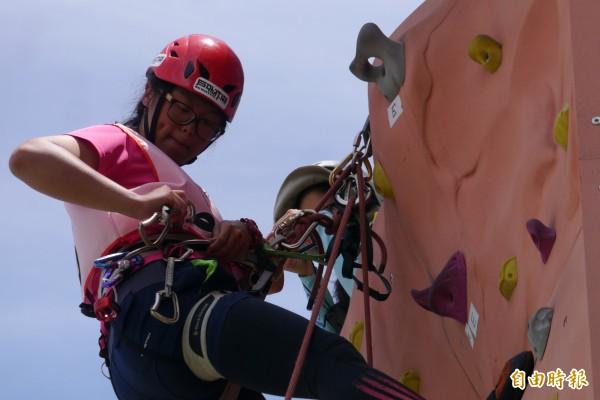 東華大學畢業女大生黃海昀,過去專長於水上活動,已是多項戶外運動教練的她,趁著暑假前夕,還想要再入手一張「攀登教練證」。(記者王峻祺攝)