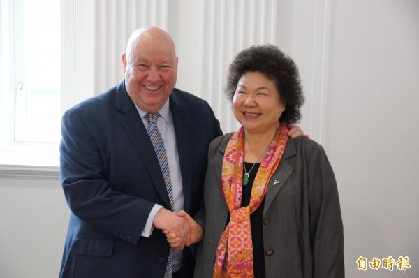 花媽訪問英國利物浦時,與利物浦市長安德森開心碰面。(記者王榮祥攝)