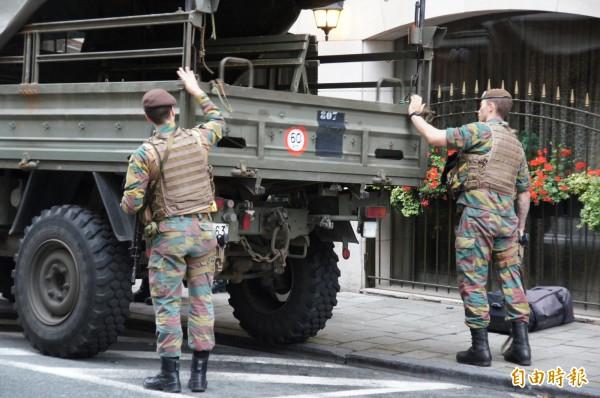 比利時街頭隨處可見武裝士兵巡邏、站崗。(記者王榮祥攝)