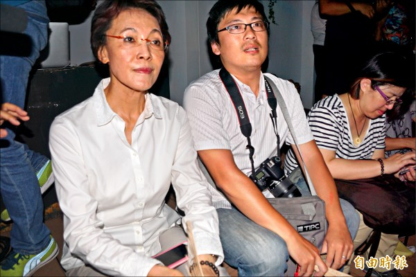 客家歌手林生祥昨晚在高雄駁二開演唱會,國民黨立委黃昭順現身。(記者黃佳琳攝)