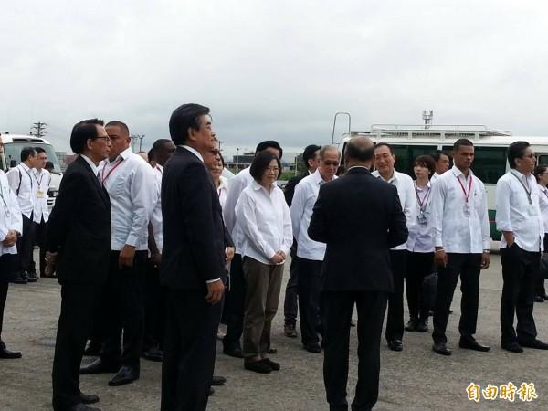 總統蔡英文今天上午參觀長榮海運在巴拿馬的箇朗貨櫃碼頭。(記者鍾麗華攝)