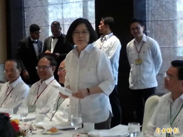 蔡英文總統今天首次穿上白色巴拿馬衫。(記者鍾麗華攝)