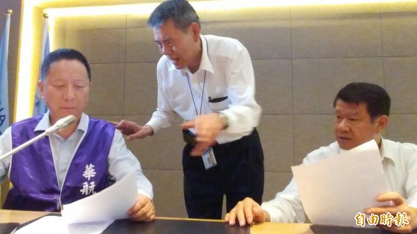 華航企業工會有1萬2000多人,在罷工事件後,已經引起企業工會不滿,今天與董事長何煖軒進行爭取權益協商。(記者姚介修攝)