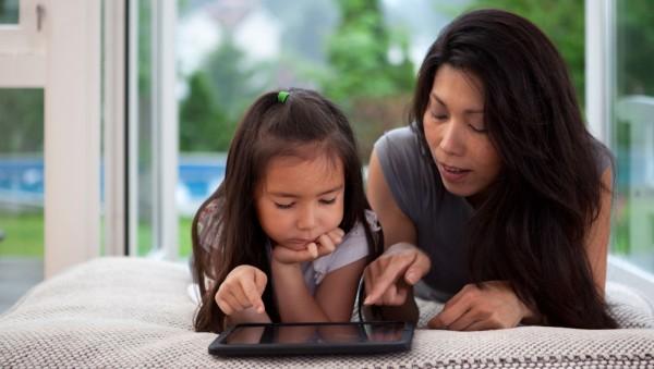 根據新加坡的最新研究,父母過度介入教養方式,長久下來弊多於利,將導致孩子身陷完美主義情結,易為負面情緒所擾。(法新社)